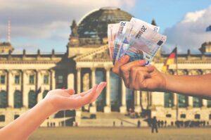 Снять наличные без комиссии по карте Альфа-Банка можно в любом банкомате мира